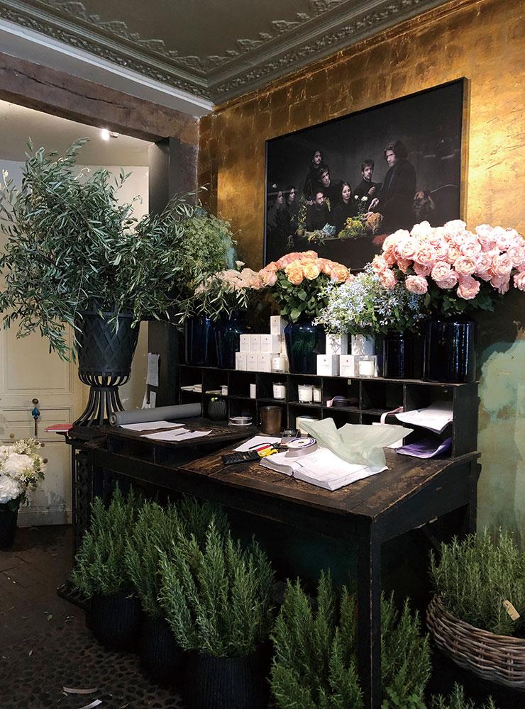 계절감이 넘치는 꽃을 장식한 파리의 플라워 숍 '스테파넬 샤펠(Stephanel Chapelle)'. 빈티지하면서도 맥시멀리즘을 추구하는 취향이 드러난다.