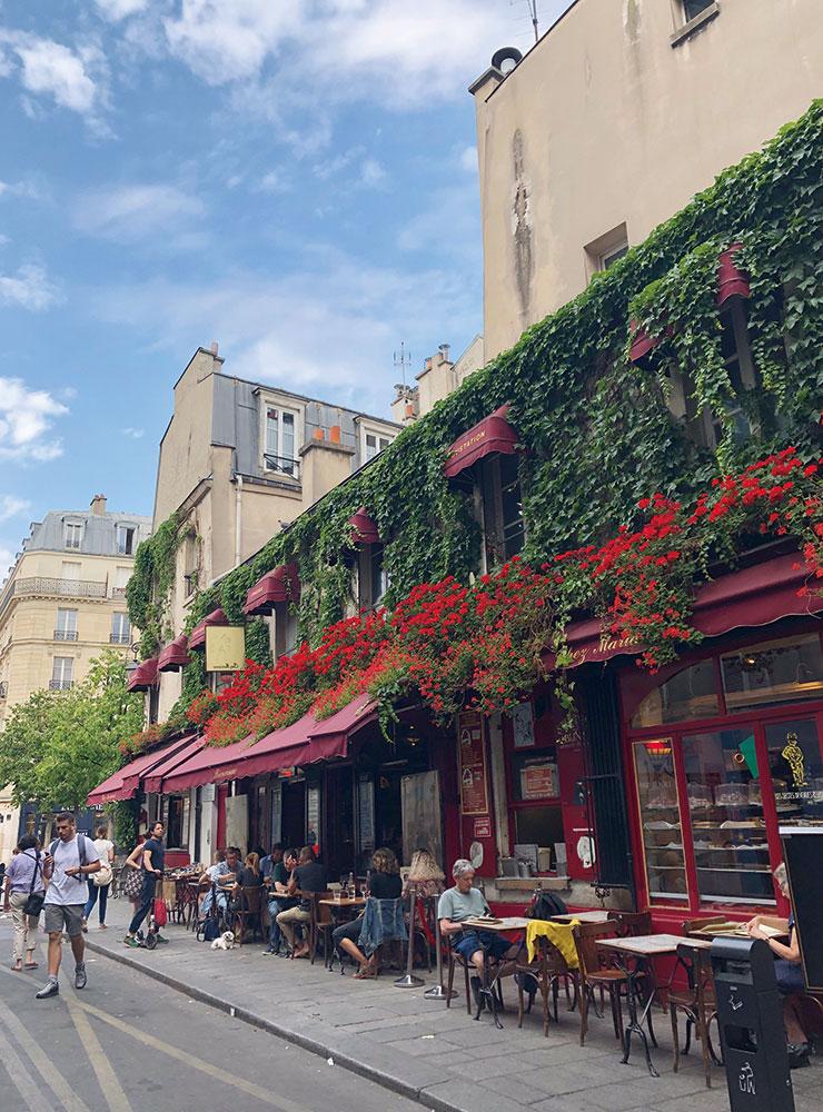 파리의 풍경. 어딜 가나 자연스럽게 꽃과 식물이 놓여 있다.