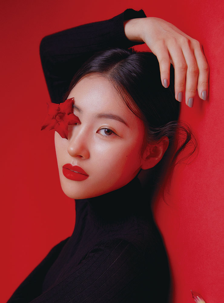 블랙 터틀넥 니트 톱은 Dior.