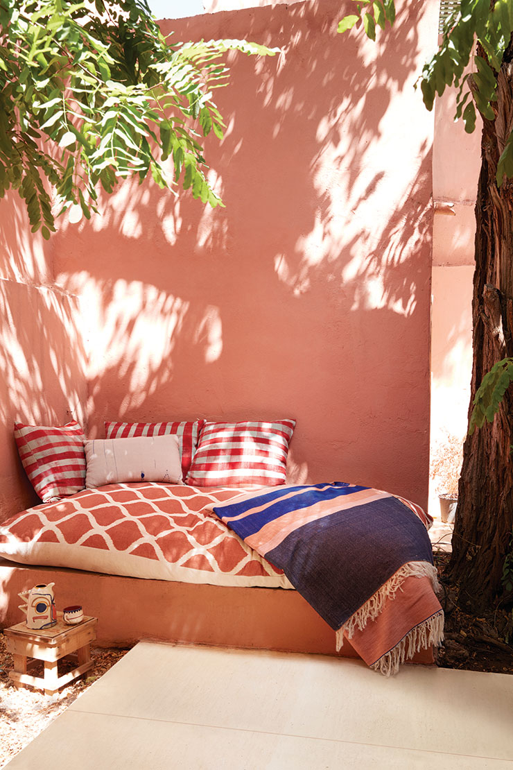 로렌스가 디자인한 패브릭과 쿠션으로 장식한 야외 공간.