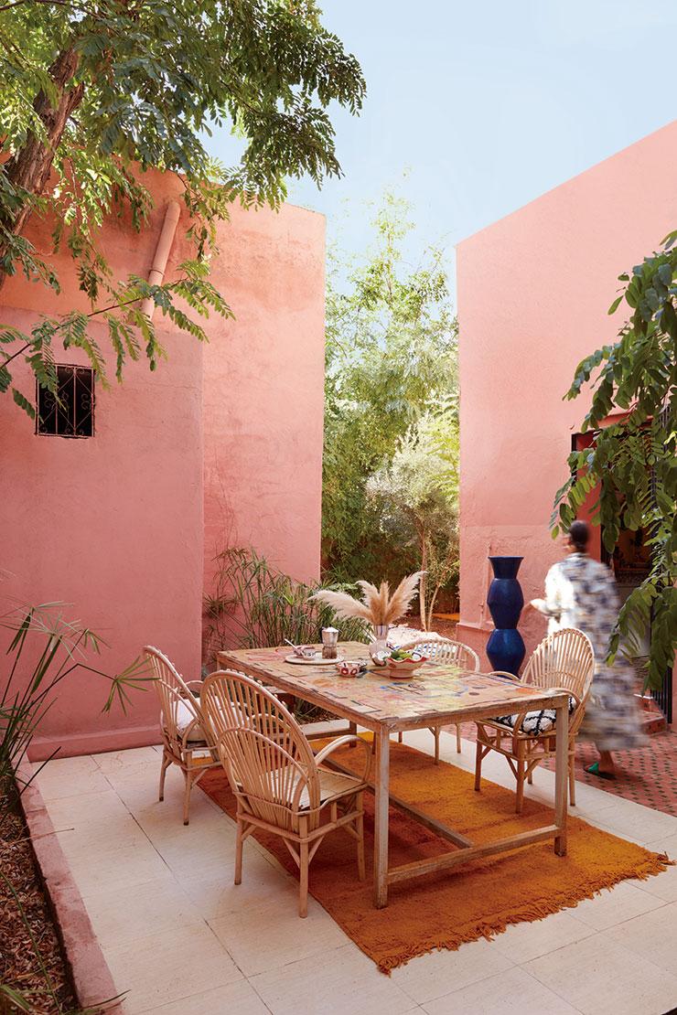 정원 안쪽 테이블에 점심 식사가 마련됐다. 로렌스의 그림이 담긴 테이블에 로컬 아티스트들이 만든 의자를 함께 놓았다. 회벽 앞 마조렐 블루 컬러의 커다란 꽃병도 로렌스의 작품이다.