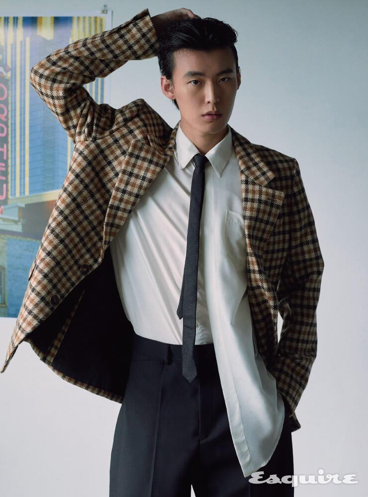 체크 재킷 가격 미정 아미. 흰색 실크 셔츠 133만원, 검은색 팬츠 가격 미정 모두 지방시. 검은색 타이 가격 미정 생 로랑 by 안토니 바카렐로.