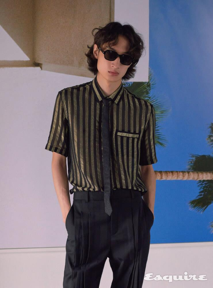 스트라이프 셔츠, 핀턱 팬츠, 타이, 선글라스 모두 가격 미정 생 로랑 by 안토니 바카렐로.