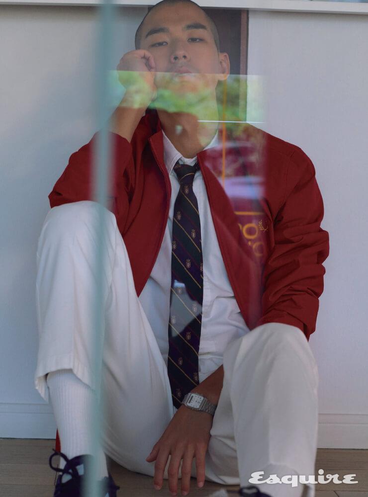 빨간색 코치 재킷 27만8000원 프레드페리. 흰 셔츠, 타이 모두 가격 미정 폴로 랄프 로렌. 흰색 팬츠 50만원대 루비나치 by 미스터포터. 스웨이드 스니커즈 가격 미정 아디다스 오리지널스. 양말 에디터 소장품. 시계 가격 미정 카시오.