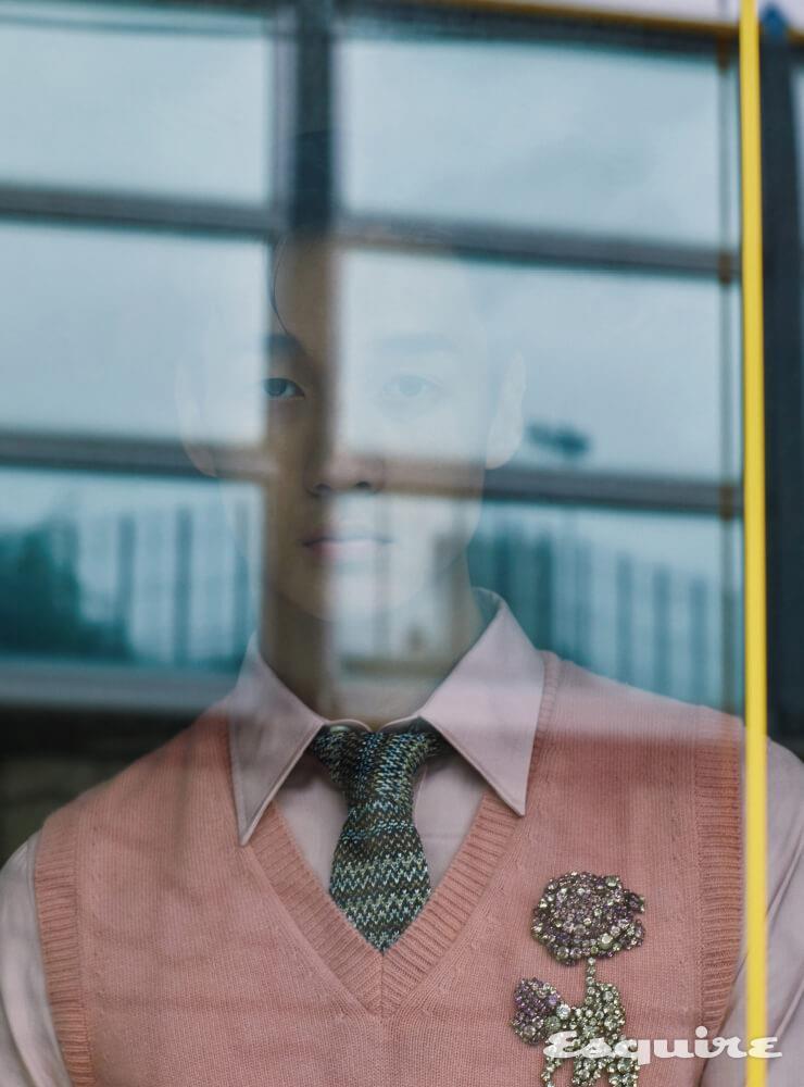 연분홍색 니트 베스트, 셔츠 모두 가격 미정 알렉산더 맥퀸. 타이 18만원 미쏘니.