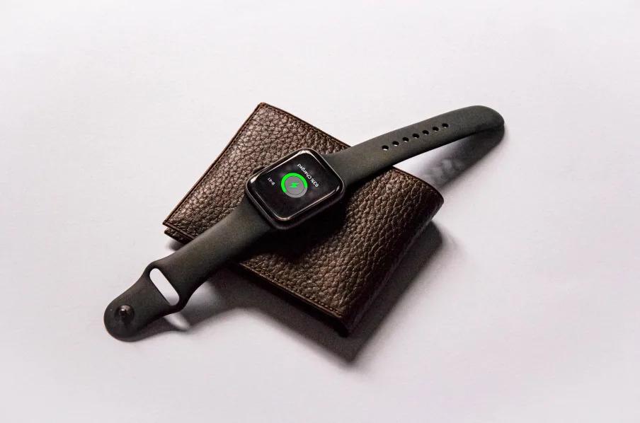 무선 충전 기능은 물론 신용카드 결제 시스템까지 갖춘 똑똑한 지갑이 있다.