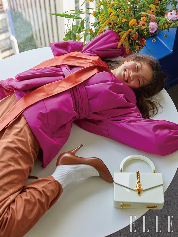 누비 재킷과 가죽 블라우스, 실키한 팬츠, 클래식한 펌프스, 플렉시 글라스 소재 토트백은 모두 Gucci.