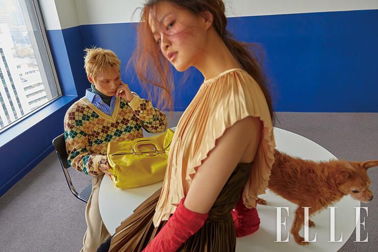 주노가 입은 아가일 체크 니트와 스트라이프 셔츠, 터틀넥 톱, 루스한 팬츠, 비비드한 컬러의 더플백은 모두 Gucci. 유진이 입은 플리츠 디테일의 드레스와 레이스 장갑은 모두 Gucci.