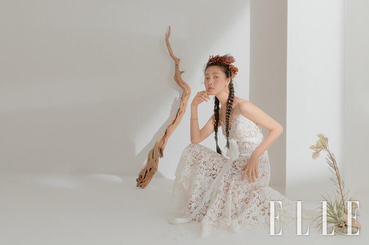 언밸런스한 길이의 레이스 드레스는 Rita Vinieris Rivini by My Dauter's Wedding. 18K 로즈골드 이어링과 뱅글, 링은 모두 Cartier.