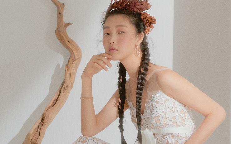 신부들의 로망을 담은 로맨틱한 웨딩 드레스 컬렉션.