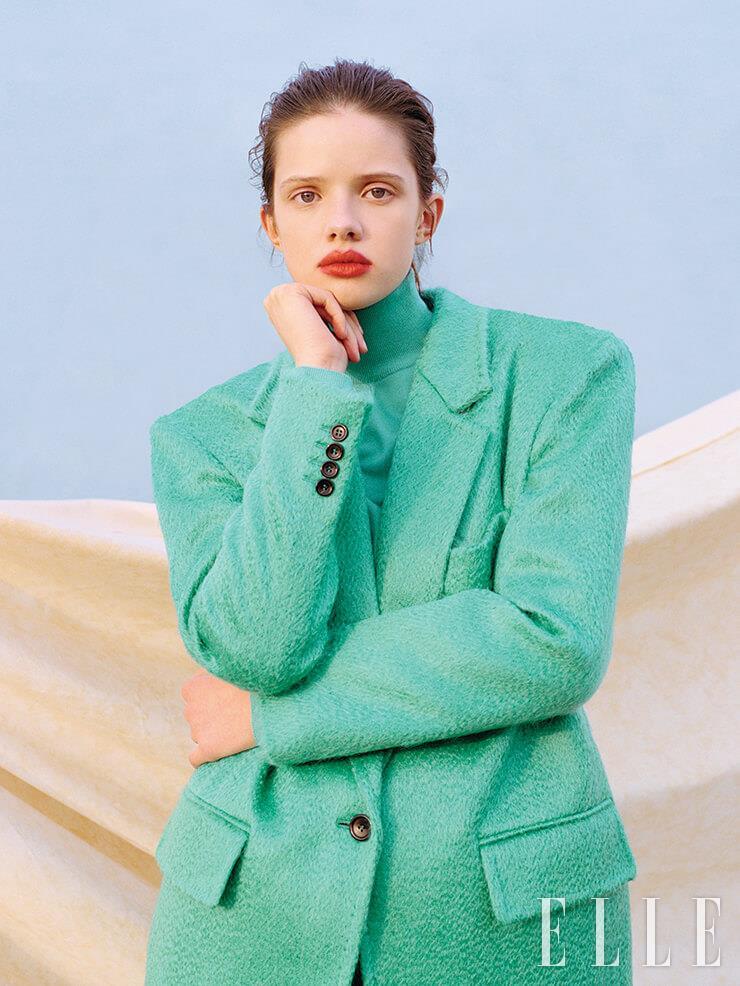 민트 컬러의 울 재킷은 780파운드, 니트 터틀넥은 260파운드, 모두 Max Mara.