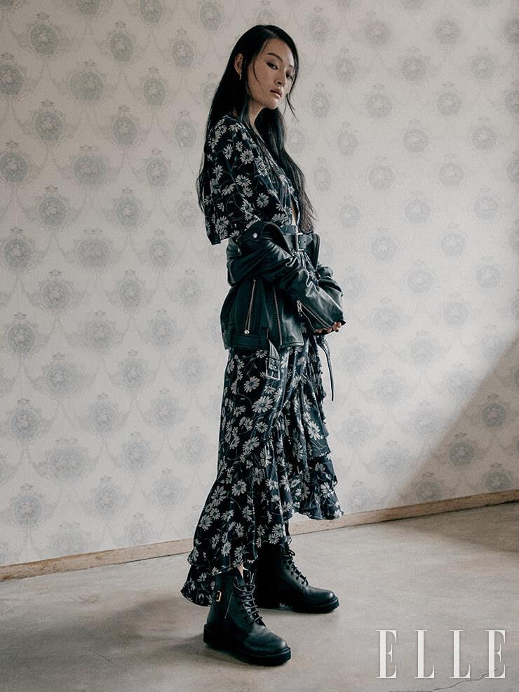 플라워 패턴의 드레스는 3백72만원, Michael Kors Collection. 라이더 재킷은 가격 미정, Polo Ralph Lauren. 워크 부츠는 1백54만원, Valentino Garavani. 이어링은 8만3천원, Kusikohc.