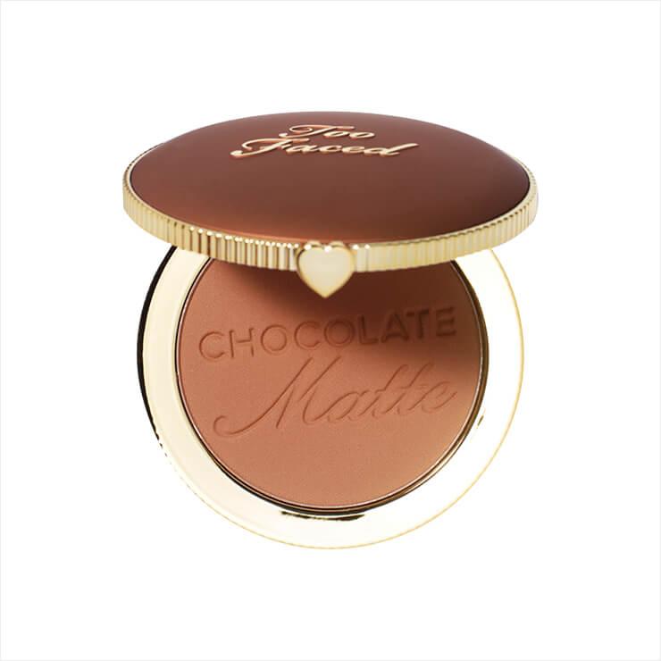 햇볕에 자연스럽게 그을린 피부를 연출해 주며, 코코아 파우더를 함유해 달콤한 초콜릿 향까지 느낄 수 있다. 초콜렛 쏠레이 브론저, 3만6천원, Too Faced.