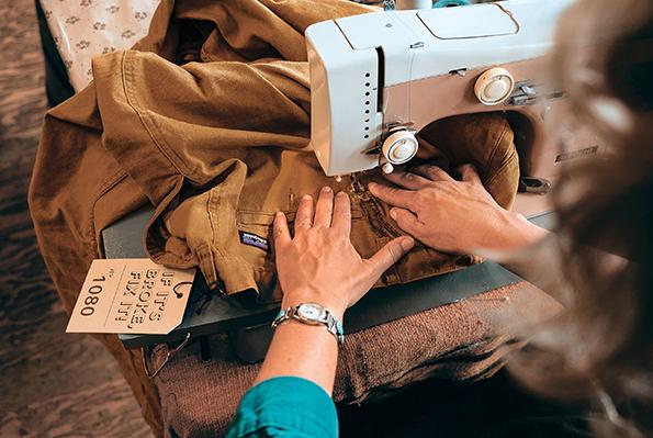 파타고니아에서 헌옷을 무상 수선해주는 '원웨어' 캠페인을 진행한다.