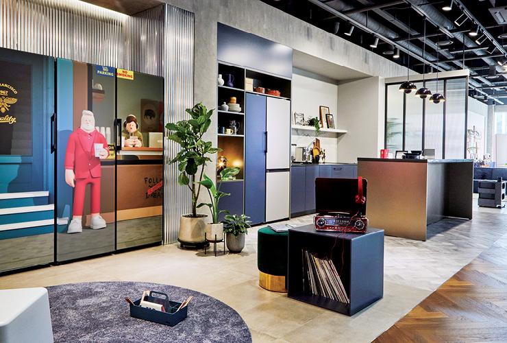 슈퍼픽션 디자인 스튜디오의 인기 캐릭터와 콜라보한 비스포크 냉장고가 멋진 가구처럼 연출된 공간.
