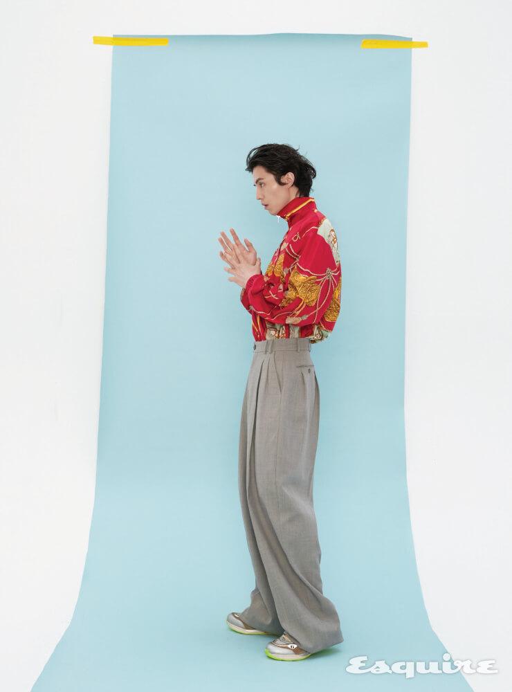 말과 태슬 프린트의 방수 나일론 재킷, 빈티지 와이드 팬츠, 다양한 구찌 로고 디테일과 멀티컬러가 조화된 울트라페이스 스니커즈 모두 구찌.