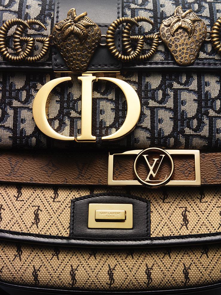 큼직한 로고 디테일의 파우치는 Dior. 로고 체인 벨트는 Gucci. 브라운 컬러의 벨트는 Louis Vuitton. 브랜드 로고에 아가일 패턴이 가미된 백은 Saint Laurent by Anthony Vaccarello.