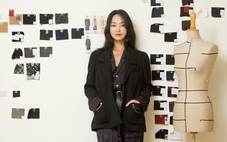 디자이너 김재현이 선보이는 옷은 쿨하면서도 우아하고 세련된 멋이 있다. 그것이 그녀가 자유롭고 당당하게 커리어를 쌓아가는 지금의 여자들에게 제안하고 싶은 스타일이다.