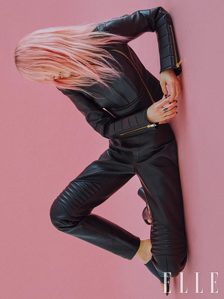 바이커 룩에서 영감을 받은 가죽 재킷은 6백31만5천원, 팬츠는 6백17만5천원, 모두 Bottega Veneta. 오픈 토 슈즈는 80만원, Balenciaga.
