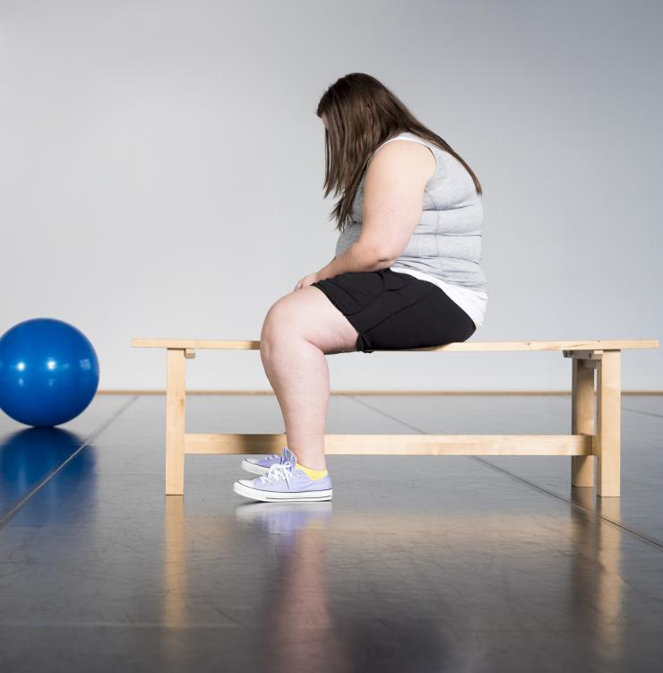ILLUSTRATIE - Een jonge vrouw meet haar middel met een BMI-lint. ANP XTRA ROOS KOOLE