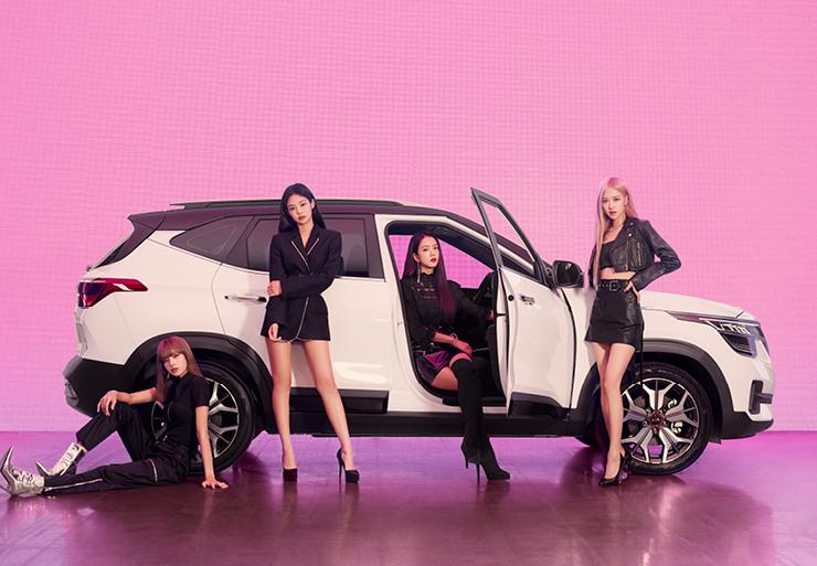 클리어 화이트와 체리 블랙 루프 투톤이 돋보이는 세련된 외관의 SUV 셀토스.