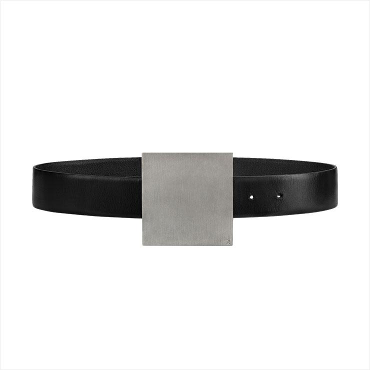 볼드한 버클이 특징인 벨트는 80만원대, Louis Vuitton.