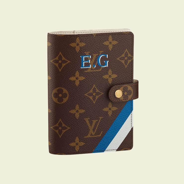 취향대로 이니셜과 줄무늬, 그림 등을 선택하면 숙련된 페인팅 전문가의 손길을 통해 탄생하는 나만의 아젠다. 가격 미정, Louis Vuitton.