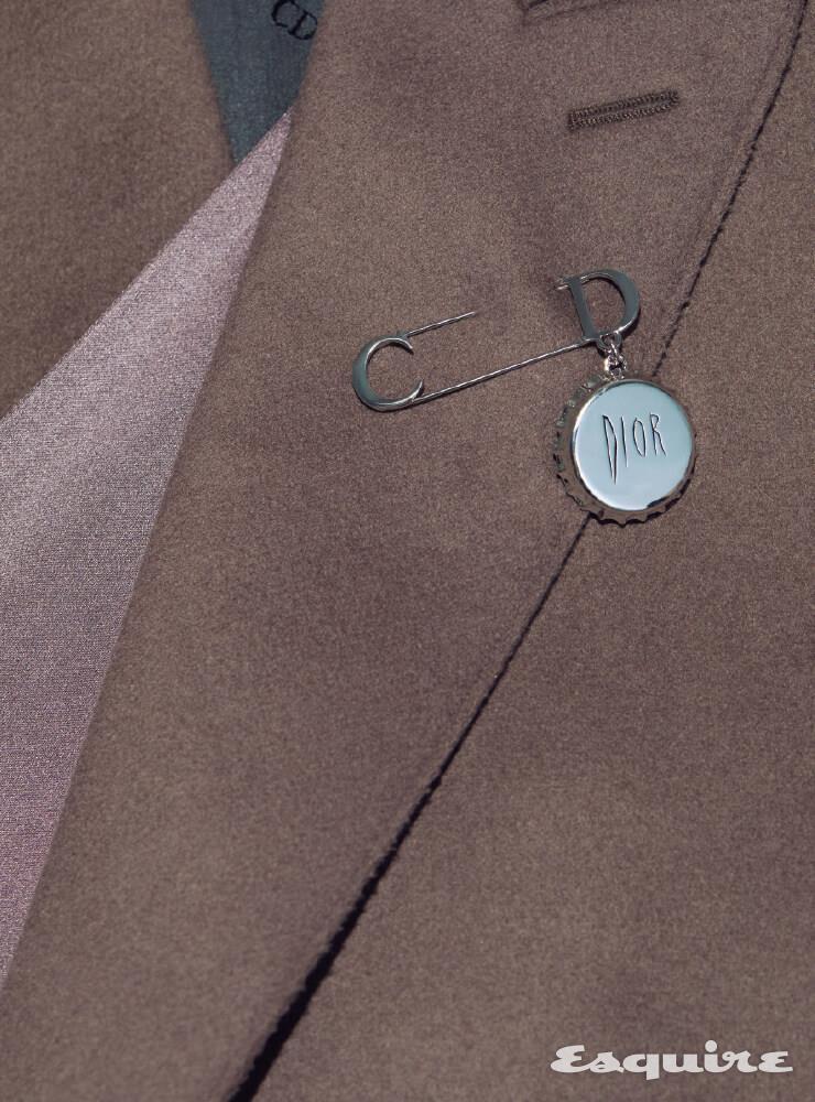 실크 스카프 장식의 울 코트, 브라스 소재 로고 브로치 모두 가격 미정 디올 맨.