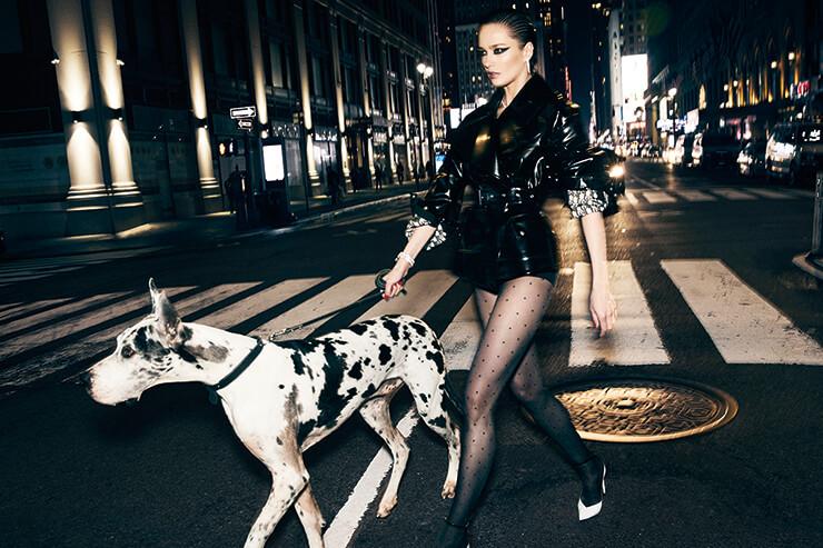광택이 도는 레더 재킷은 가격 미정, Dior. 다이아몬드를 세팅한 이어링과 네크리스, 브레이슬렛은 가격 미정, 모두 Bvlgari. 도트 무늬 스타킹은 35달러, Falke. 펌프스는 1195달러, Saint Laurent by Anthony Vaccarello.