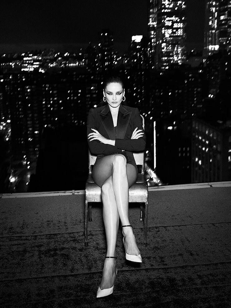 피크트 라펠 재킷은 2395달러, 보디수트는 1195달러, 모두 Dolce & Gabbana. 다이아몬드와 오닉스 스톤 장식의 이어링은 가격 미정, Cartier. 펌프스는 1195달러, Saint Laurent by Anthony Vaccarello.