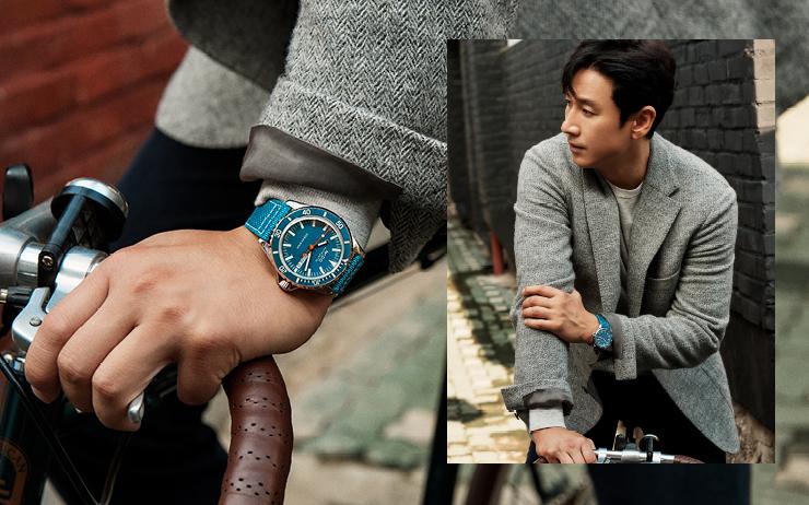 배우 이선균이 스위스 시계 브랜드 미도의 캠페인 모델로 선정되어 카메라 앞에 섰다. 그를 닮은 따뜻한 공간에서 지극히 일상적이고 사적인 모습을 담았다.