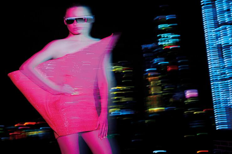 네온 핑크 컬러의 튜브 톱 드레스는 가격 미정, 선글라스는 865달러, 모두 Saint Laurent by Anthony Vaccarello.