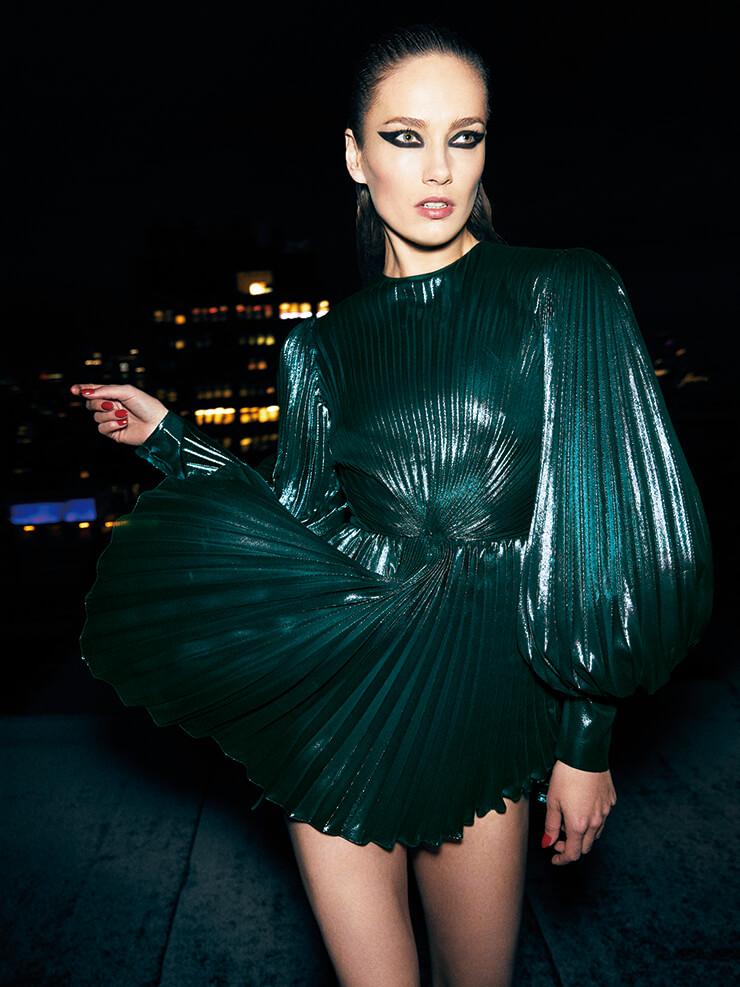라메 소재의 플리츠 드레스는 6980달러, Gucci.