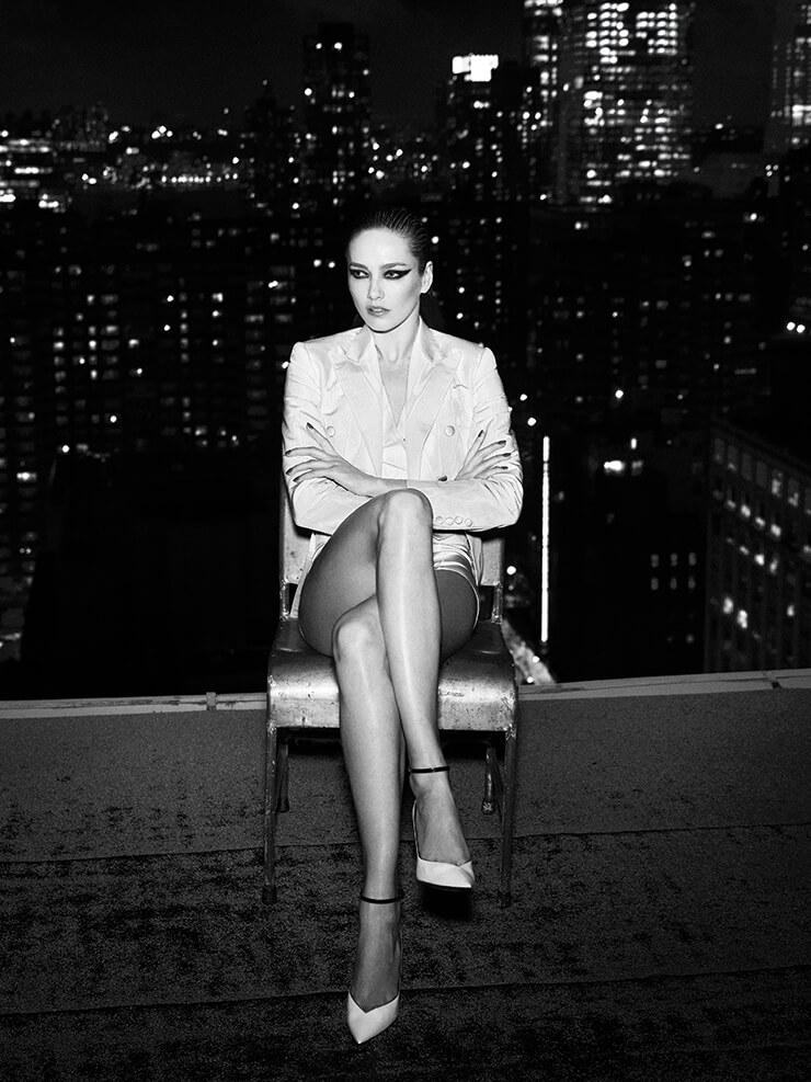 화이트 재킷은 4045달러, 베스트는 995달러, 브리프는 325달러, 모두 Dolce & Gabbana. 펌프스는 1195달러, Saint Laurent by Anthony Vaccarello.