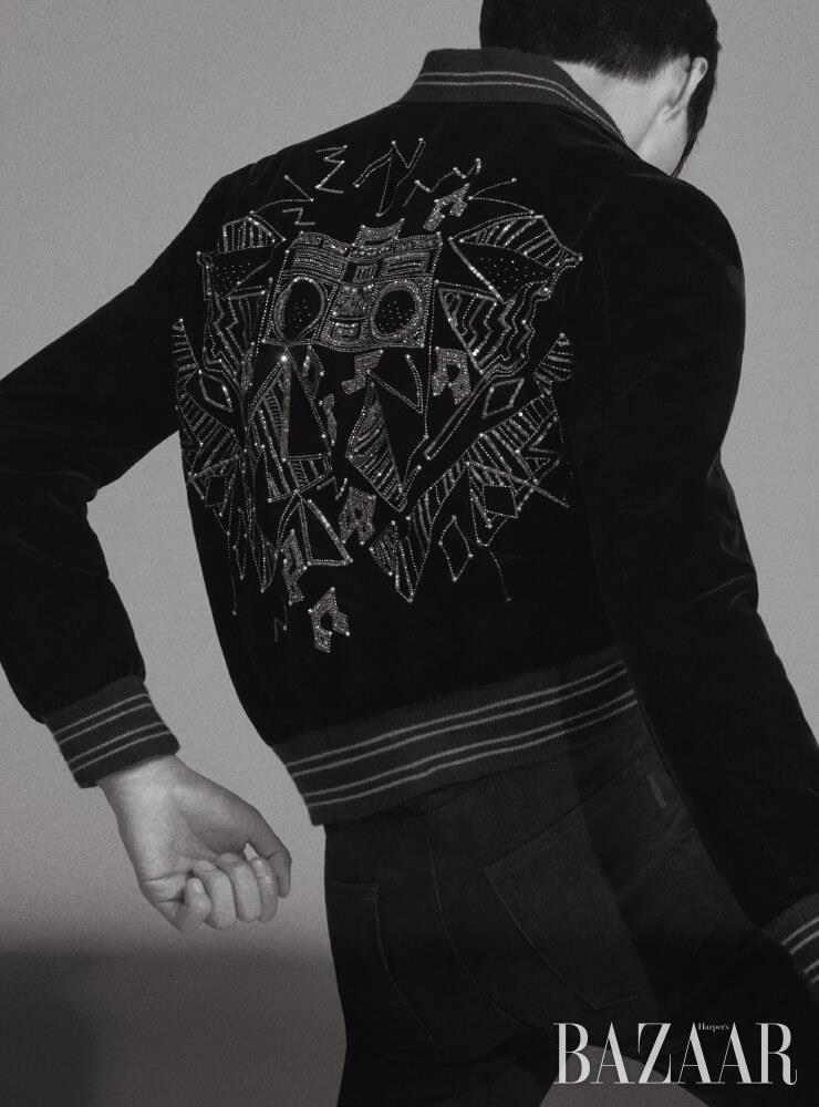 엠브로이더리 장식 벨벳 재킷, 팬츠는 모두 Saint Laurent by Anthony Vaccarello.