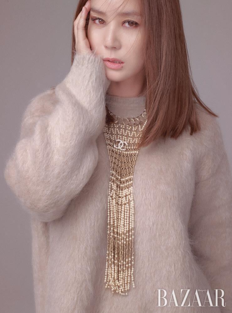 니트 톱은 MaxMara. 목걸이는 Chanel.