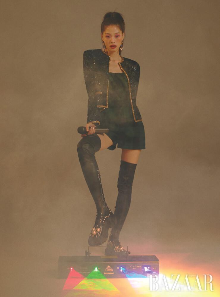 스팽글 재킷은 Celine by Hedi Slimane. 튜브톱 점프수트는 Dior. 귀고리는 45만원 Mounser by BOONTHESHOP. 오버니삭스는 33만원 Cédric Charlier. 로퍼는 Dolce & Gabbana.