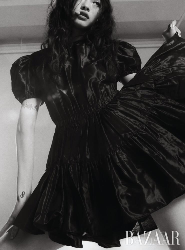 퍼프 숄더 미니 드레스는 4백56만원 Miu Miu. 오닉스 링은 18만9천원 Arsenix.