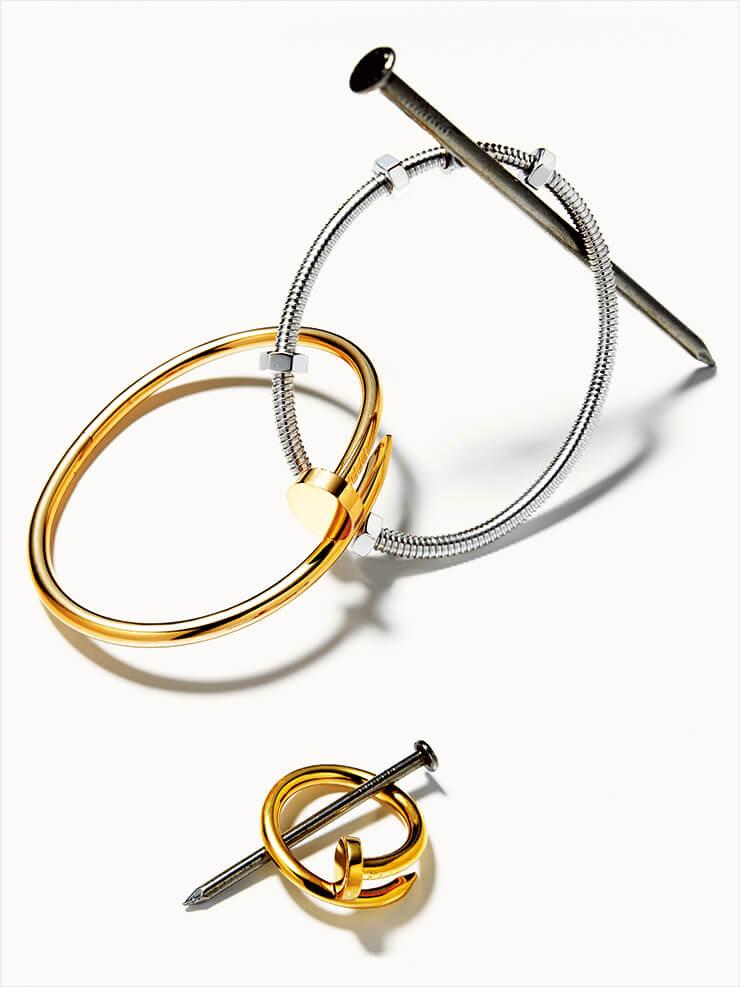 일상에서 흔히 발견할 수 있는 못에서 영감받아 탄생한 옐로골드 저스트 앵 끌루 브레이슬렛과 링, 기존 컬렉션에서 한 단계 업그레이드된 디자인으로 선보인 화이트골드 에크루 드 까르띠에 브레이슬렛, 모두 Cartier.