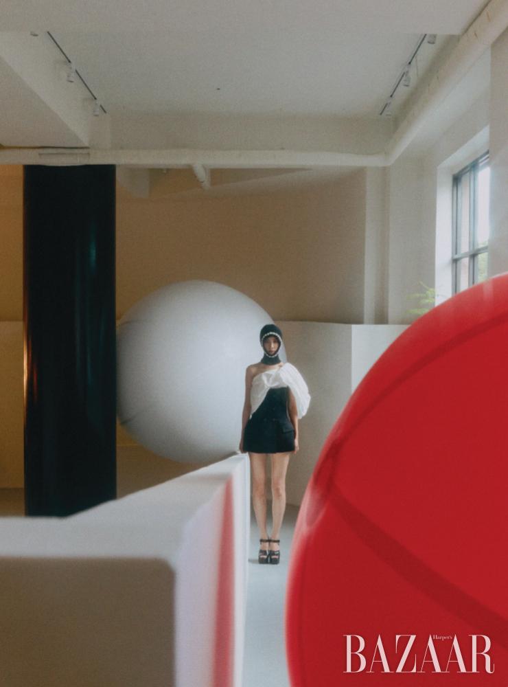 오프숄더 디테일의 베스트, 플랫폼 샌들은 모두 Givenchy, 진주가 장식된 발라클라바는 4 Moncler Simone Rocha.