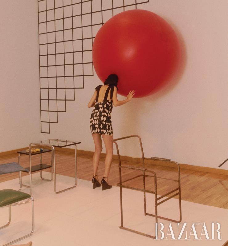 시퀸 미니 드레스는 H&M Conscious, 웨지 힐은 Valentino Garavani.