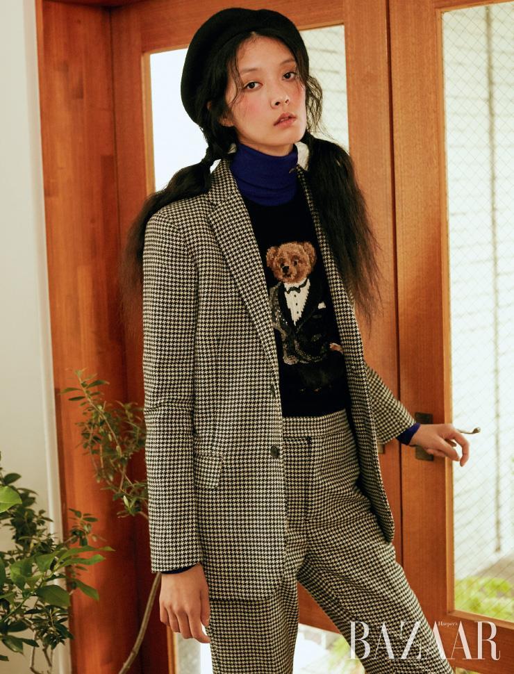 재킷은 80만원대, 니트 톱은 50만원대, 이너로 입은 터틀넥은 30만원대, 체크 팬츠는 30만원대 모두 Polo Ralph Lauren.