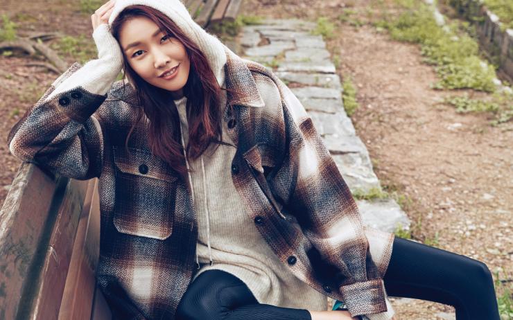 플라스틱 페트병으로 만든 소재, 가을을 닮은 포근한 컬러 베리에이션, 편안한 실루엣. H&M 컨셔스 컬렉션과 함께한 한혜진의 나른한 오후.