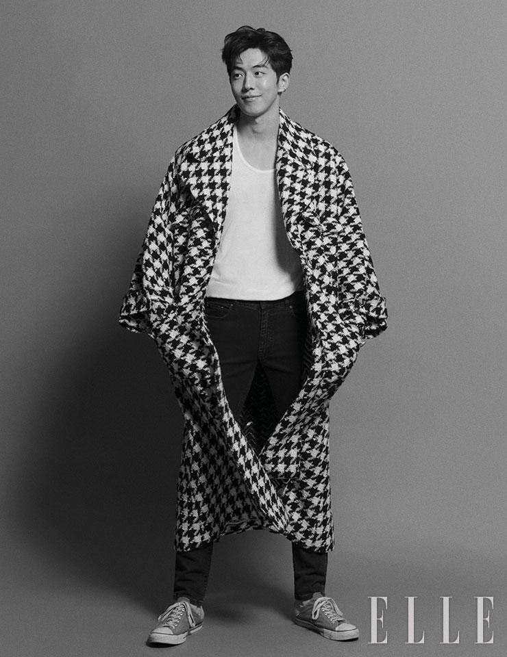 퀼팅 모티프의 화이트골드 코코 크러쉬 이어링은 Chanel Fine Jewelry. 코트와 티셔츠, 팬츠, 스니커즈는 모두 스타일리스트 소장품.