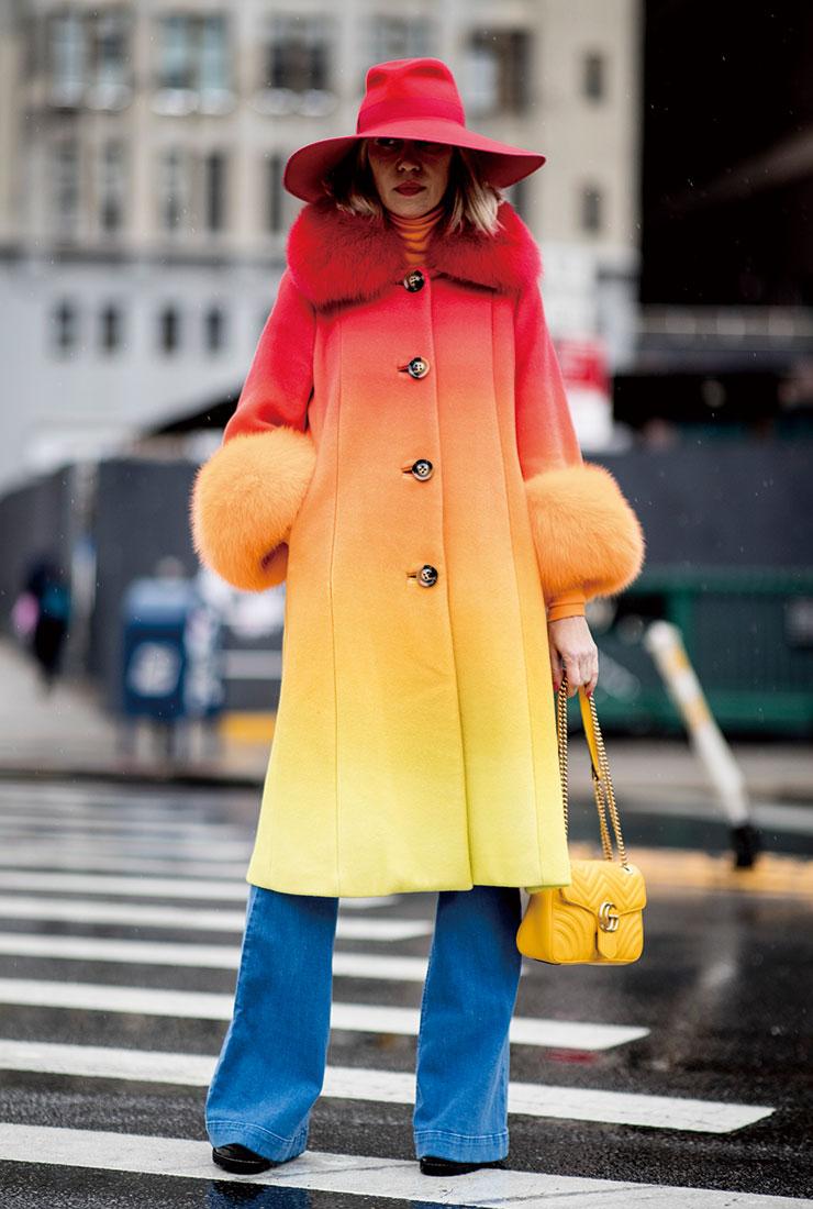 레드에서 옐로로 그러데이션된 코트에 구찌의 개나리색 마몽 백으로 생기를 더했다.