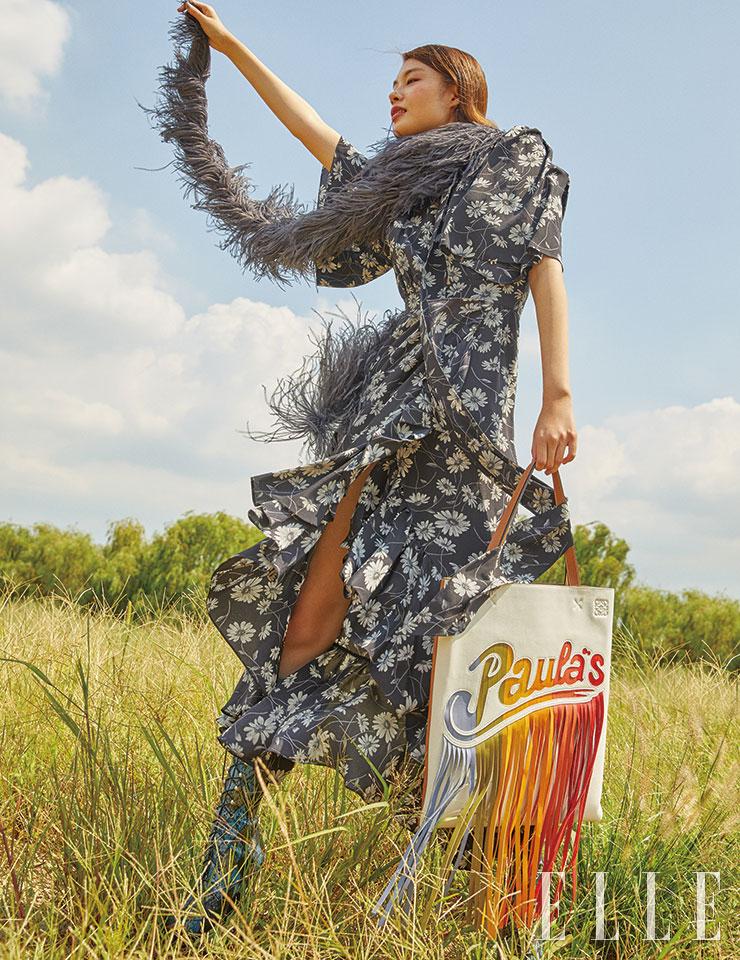 플로럴 패턴의 맥시 드레스는 3백72만원, 깃털 머플러는 1백50만원, 스네이크 패턴의 레이스업 부츠는 4백4만원, 모두 Michael Kors Collection. 컬러플한 프린지 장식의 빅 백은 2백10만원, Loewe.