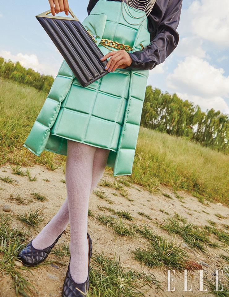 블랙 새틴 셔츠는 1백79만원, 체인 장식의 스커트는 3백9만5천원, 퀼팅 디테일의 펌프스는 1백20만5천원, 스퀘어 클러치백은 1백88만원, 모두 Bottega Veneta. 여러 줄의 실버 체인 네크리스는 가격 미정, Hermès. 라벤더 컬러의 니 삭스는 가격 미정, Mulberry.