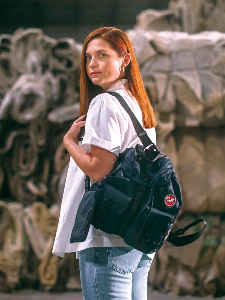 '리나일론' 프로젝트의 과정이 담긴 프라다의 <왓 위 캐리> 다큐멘터리에 등장한 보니 라이트가 에코닐로 만든 백팩을 메고 있다.