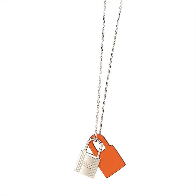 자물쇠 펜던트 네크리스는 가격 미정, Hermès.