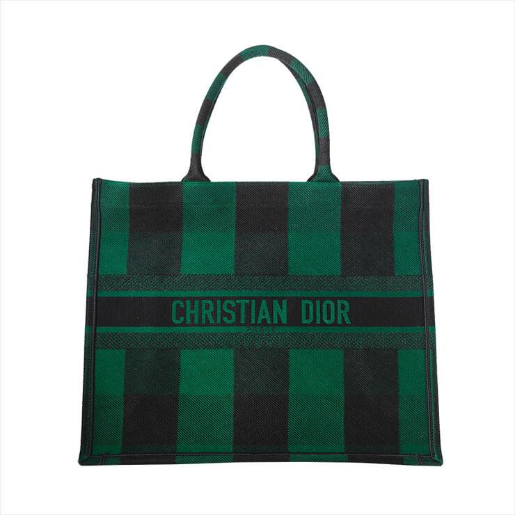 볼드한 체크 패턴의 빅 사이즈 토트백은 가격 미정, Dior.